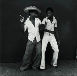 Ambroise Ngaimoko, Euphorie de deux jeunes gens qui se retrouvent, 1972 Tirage gélatino-argentique, 27 x 27 cm Collection de l'artiste © Ambroise Ngaimoko Photo © André Morin